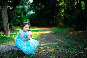 porträtt av söt leende liten flicka i prinsessadräkt foto
