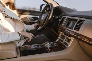 kvinna som kör en bil