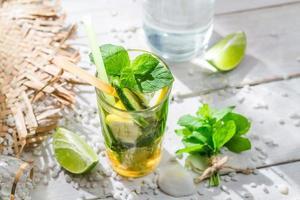 kall sommardrink med citron och lime foto