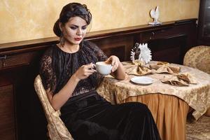 dam med en kopp kaffe. foto
