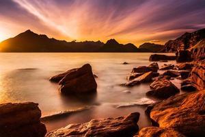spektakulär solnedgång vid elgolstranden, Isle of Skye, Skottland foto