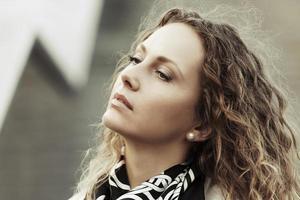 porträtt av ledsen kvinna med långt lockigt hår foto