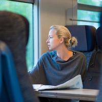 dam som reser med tåg.
