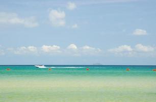 motorbåt seglar längs stranden foto