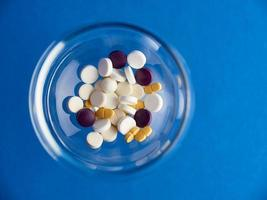 ovanifrån av skål med piller