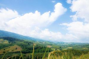 bergsnatur med blå himmel foto
