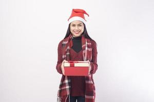 ung kvinna som håller en julklapp foto