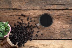 kaffemugg och kaffebönor foto
