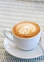 kaffe på vitt bord i café foto