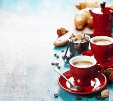 frukost med kaffe, croissanter och bär foto
