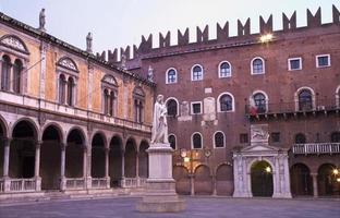 verona - Piazza dei signori och Dante Alighieri minnesmärke. foto