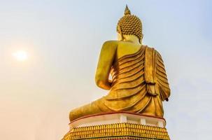 stor gyllene buddha staty i thailand tempel foto