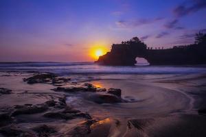 solnedgång vid Tanah Lot-templet, Bali, Indonesien foto