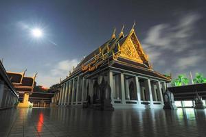 fantastiskt vackert tempel i bangkok thailand foto