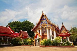 thailändsk tempelarkitektur i pathum thani foto