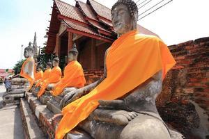 buddha statyer på wat yai chai mongkhon