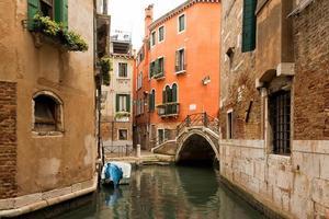 kanal och bro i Venedig, Italien foto