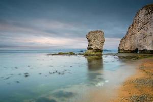 klippformation vid Jurrassic Coast Beach i Dorset, Storbritannien