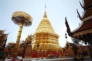 gyllene pagoda wat phra som doi suthep Thailand foto