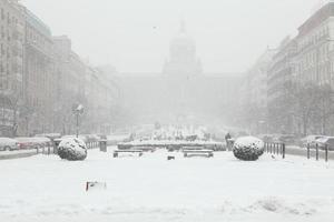 kraftigt snöfall över Vaclavplatsen i Prag, Tjeckien.