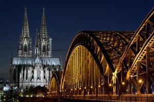 Kölnerdomen (dom) och Hohenzollern-bron, Köln, Tyskland