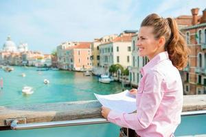 kvinna på bron ovanför Canal Grande foto