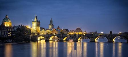 charles bridge i prag tjeckien foto