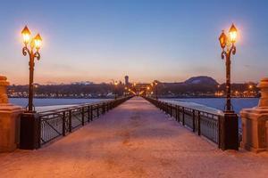 brostadslandskap i snöig vinternatt