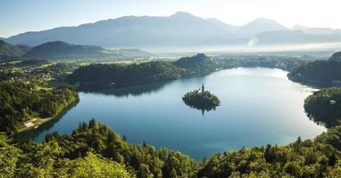 Flygfoto över Bled Lake, Slovenien foto