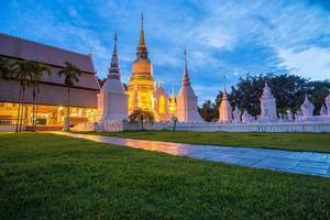 skymning vid wat suan dok vackra tempel i Chiangmai foto