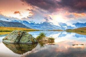 berömda matterhorn topp och stellisee alpina glaciärsjön, valais, schweiz