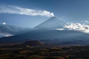 klyuchevskoy vulkan (klyuchevskaya sopka) - högsta aktiva vulkan i Eurasien