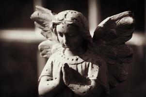 vacker staty av ängeln ber