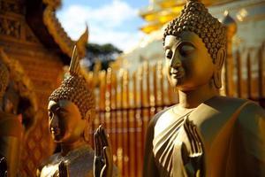 gammal buddha staty i templet vid Chiang Mai