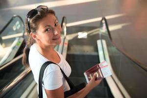 flicka med pass och biljett skickas ombord foto