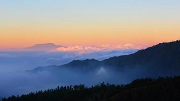berg med vacker dimma vid solnedgången, bromo foto
