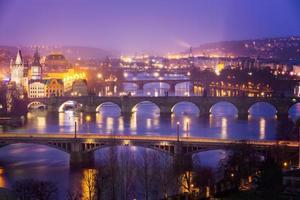 vltava (moldau) flod vid prag med charles bridge, tjeckien