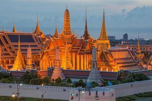 skymningbelysning vid Wat Phra Kaew, Bangkok, Thailand