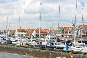 fartyg i hamnen i Volendam. nederländerna