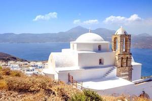 vacker utsikt över traditionell grekisk cykladisk kyrka, by och se