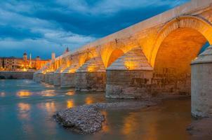 romerska bron av Cordoba på natten (Spanien)