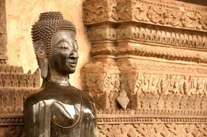 buddha på kyrkan i templet, laos.