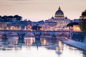 Tiber River och Ponte Sant Angelo Bridge