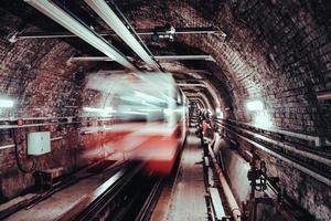 lång exponering av vitt och rött tåg foto