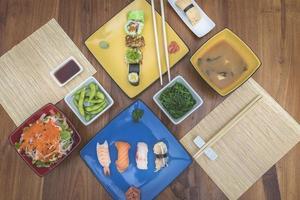 platt låg vy av japanska maträtter foto