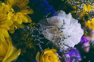 bukett med olika blommor