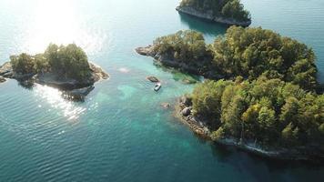 Flygfoto över en båt mitt på öarna