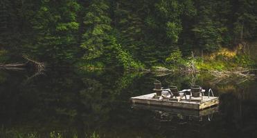 flytande brygga vid sjön foto