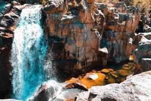 stenig rinnande vattenfall foto