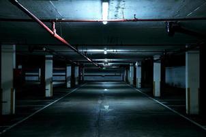 mörkt parkeringsgarage foto